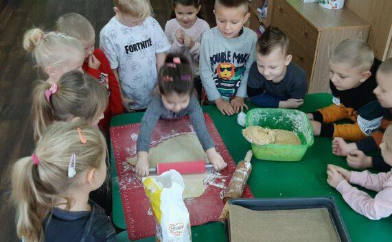 Przedszkolaki przygotowują deserki